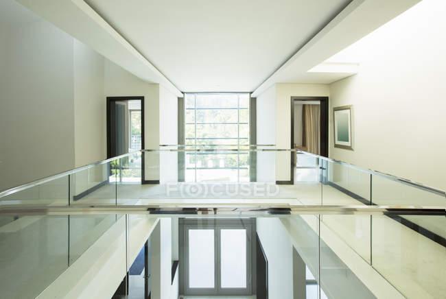 Moderna varanda e Hall de entrada aberta em casa luxo — Fotografia de Stock