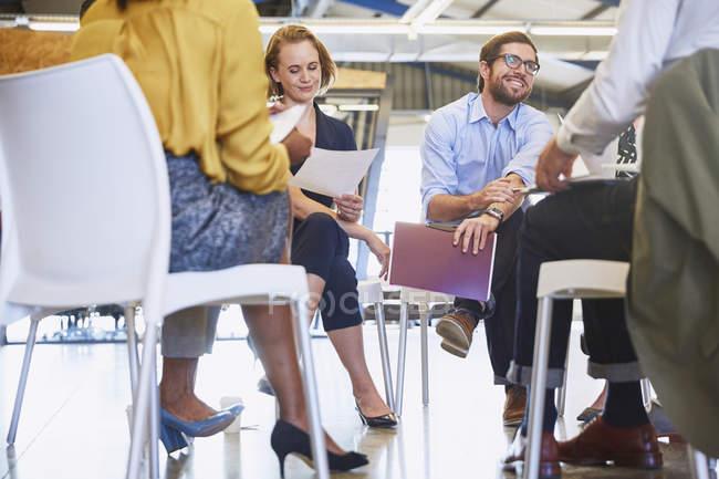 Des gens d'affaires réunis en cercle au bureau moderne — Photo de stock
