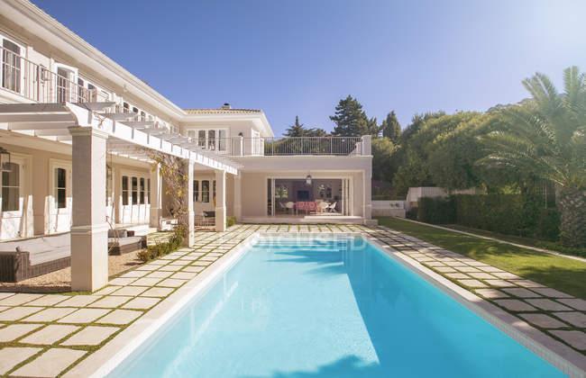 Piscina de natación a lo largo de la casa de lujo - foto de stock