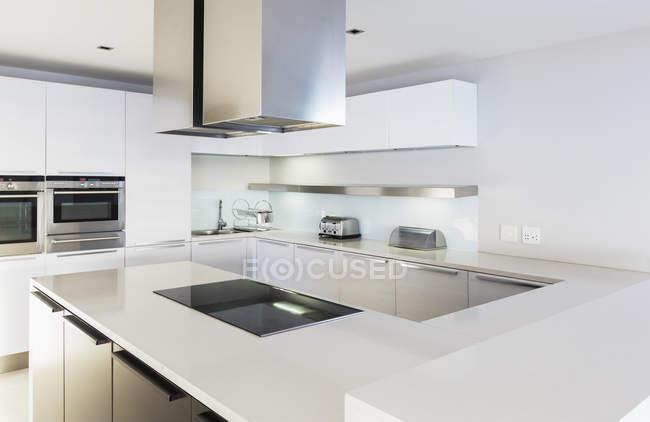 Cozinha moderna, minimalista vitrine casa branca — Fotografia de Stock