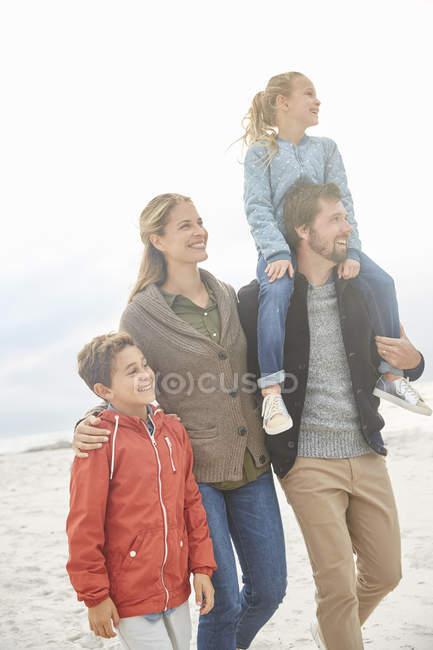 Семейная прогулка по зимнему пляжу — стоковое фото