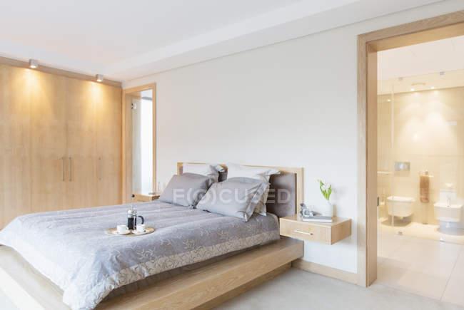 Casa de banho de luxo, quarto e casa de banho privada — Fotografia de Stock