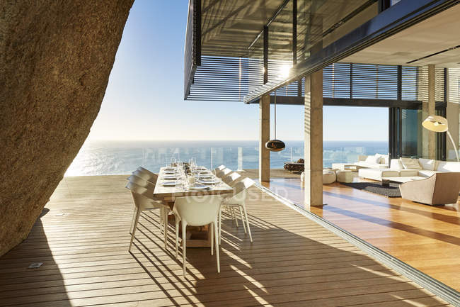 Terrasse à la maison moderne de luxe contre mer — Photo de stock