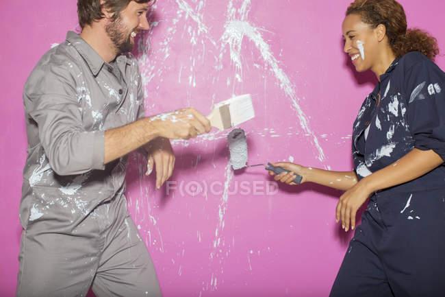 Пара, играющая вместе с краской — стоковое фото