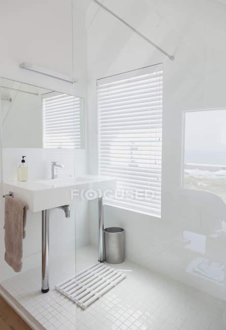 Lavabo contra la ventana en casa moderna de lujo - foto de stock
