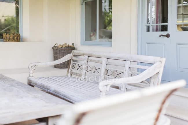 Скамейки и таблицы в современном дворе — стоковое фото