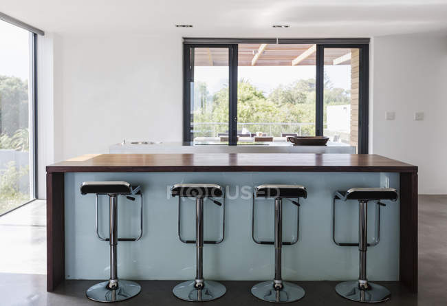 Simple, modern home showcase interior kitchen island with barstools — Stock Photo
