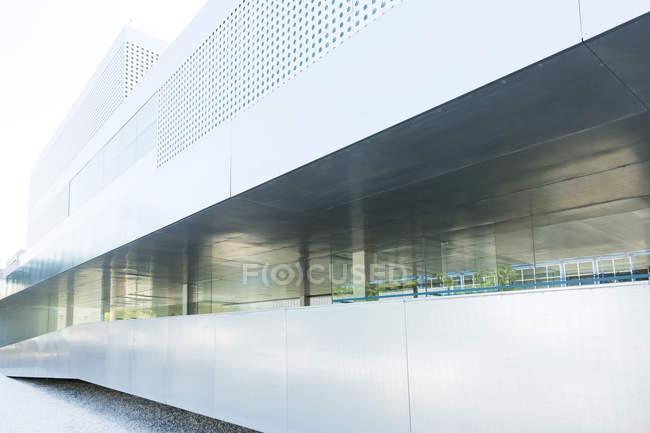 Современное здание стены в дневное время — стоковое фото
