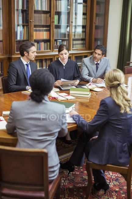 Судьи и адвокаты говорить в камерах — стоковое фото