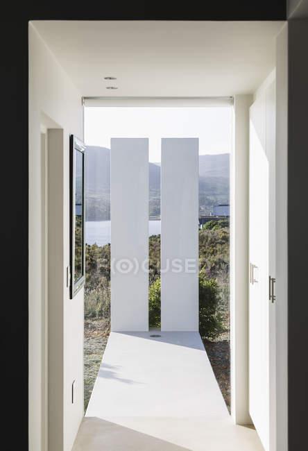 Солнечный современный роскошный интерьер витрины — стоковое фото