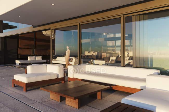Диваны и таблица на современный балкон интерьер — стоковое фото