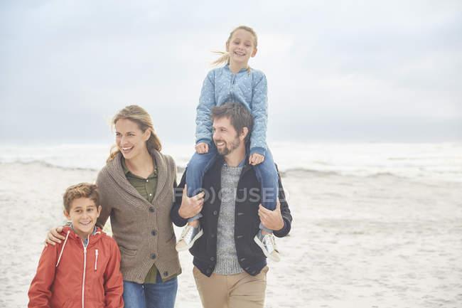 Passeggiate in famiglia sulla spiaggia invernale insieme — Foto stock