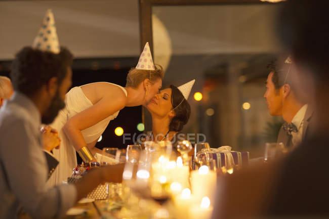 Жінка цілуватися друг? s щоку на день народження — стокове фото