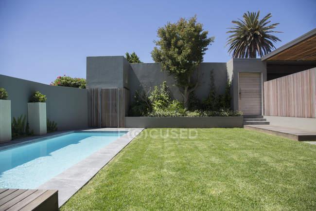 Modern lap pool in backyard during daytime — Stock Photo