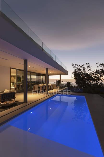 Спокійна сині lap басейн за межами сучасну розкіш додому Вітрина екстер'єр — стокове фото