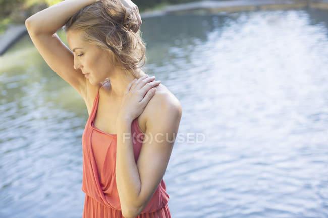 Жінка, стоячи ставок — стокове фото