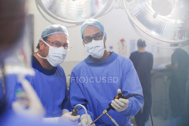 Ritratto di medici che effettuano la chirurgia laparoscopica in sala operatoria — Foto stock