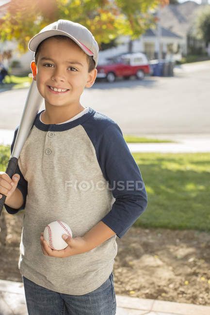 Portrait d'un garçon souriant et baseball bat — Photo de stock