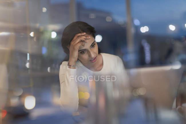 Empresária cansada trabalhar até tarde no laptop no escritório à noite — Fotografia de Stock