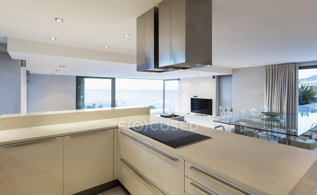 Cucina di casa vetrina di lusso moderno, minimalista bianca — Foto stock