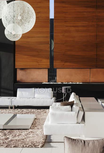 Canapés et table basse dans le salon moderne — Photo de stock