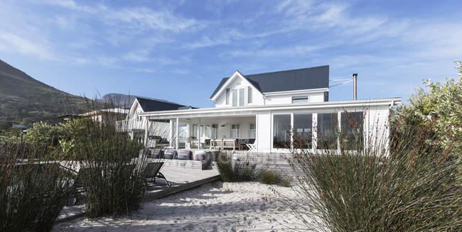Casa de praia exterior de vitrine de casa branca — Fotografia de Stock