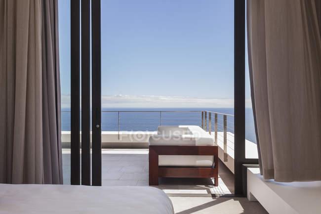 Vue panoramique sur le balcon moderne donnant sur l'océan — Photo de stock
