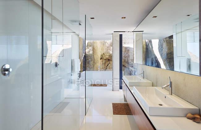 Moderne Luxus nach Hause Vitrine Bad — Stockfoto