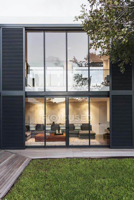 Moderno, casa de luxo vitrine exterior — Fotografia de Stock