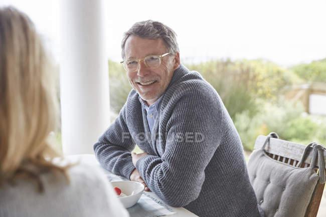 Seniorenpaar unterhält sich gemeinsam auf Terrasse — Stockfoto
