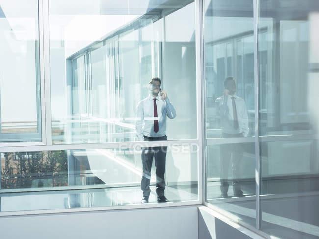 Бізнесмен чемпіонату з фрірану в сучасні офісні — стокове фото