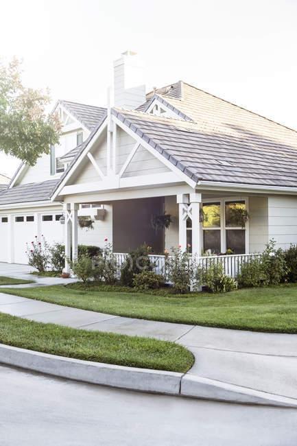 Casa ensolarada e quintal durante o dia — Fotografia de Stock
