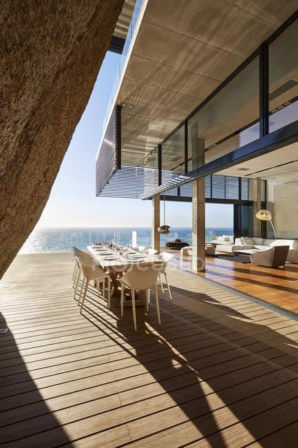 Casa moderna de luxo contra o mar — Fotografia de Stock