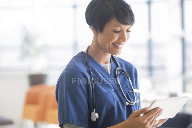 Médica usando tablet pc no hospital — Fotografia de Stock