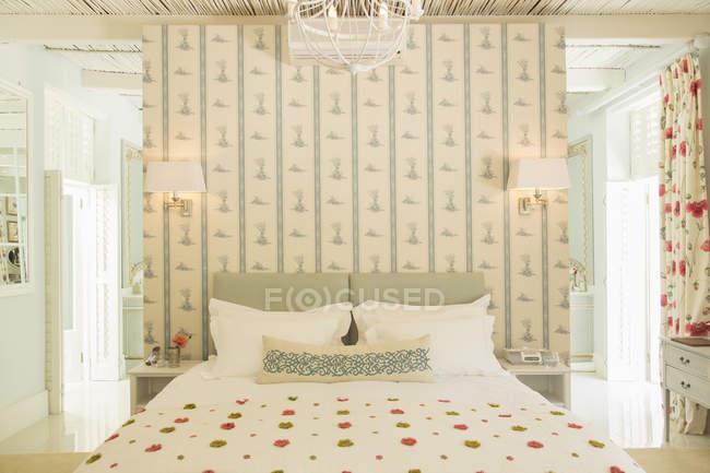 Роскошная спальня с обоями — стоковое фото