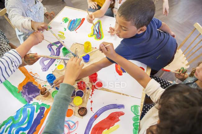 Enfants peignant en classe à l'intérieur — Photo de stock
