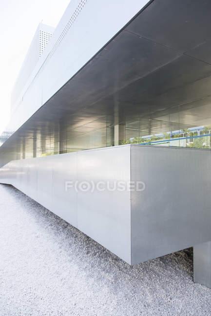 Parete dell'edificio moderno durante il giorno — Foto stock
