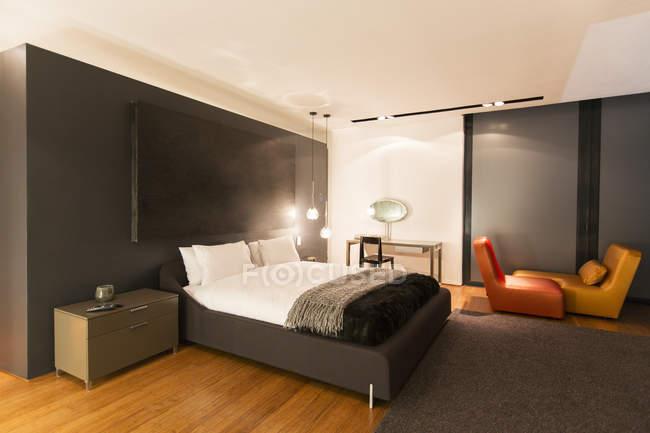 Tappeto e pittura in camera da letto moderna — Foto stock