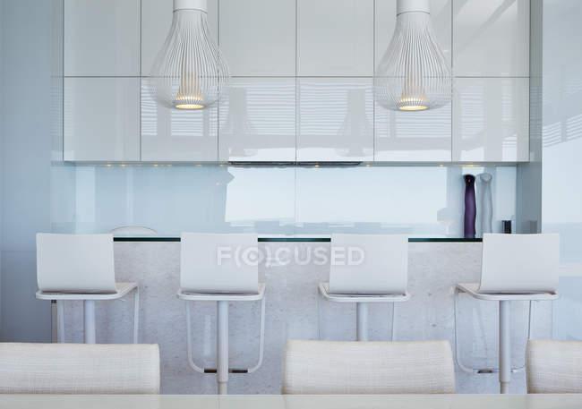 Barra con taburetes en casa moderna de lujo - foto de stock