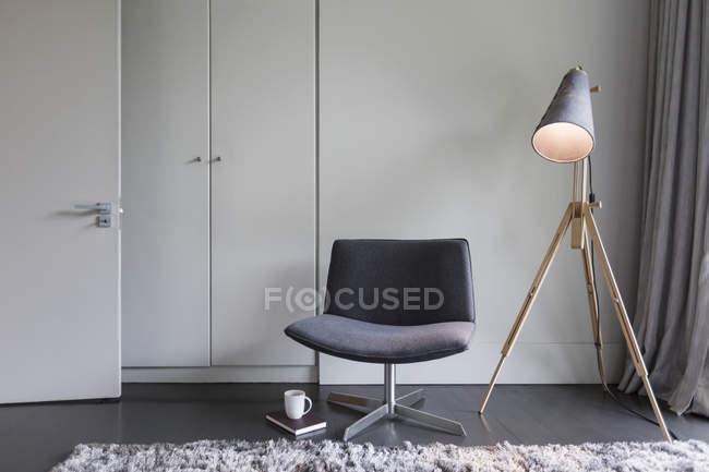 Interior de luxo da casa moderna, cadeira e lâmpada — Fotografia de Stock