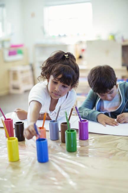 Pittura in aula gli studenti — Foto stock