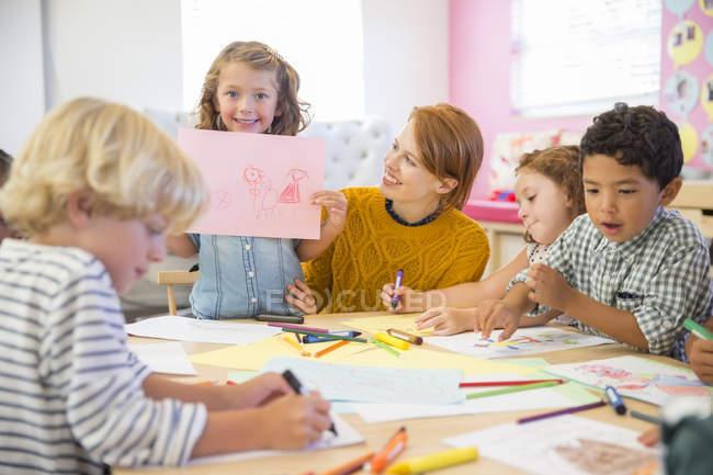 Student Angeberei Zeichnung im Klassenzimmer — Stockfoto