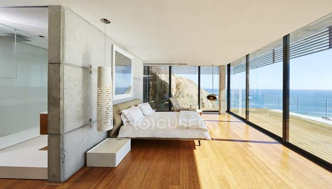 Camera alla casa moderna di lusso — Foto stock