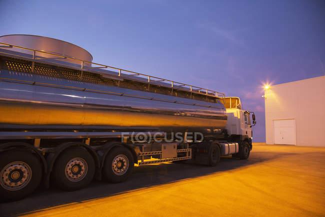 Танкер из нержавеющей стали, припаркованный ночью — стоковое фото