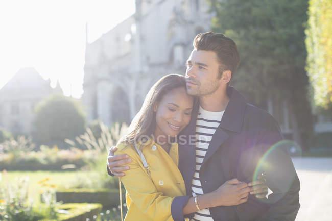Молодая пара обнимается в городском парке — стоковое фото