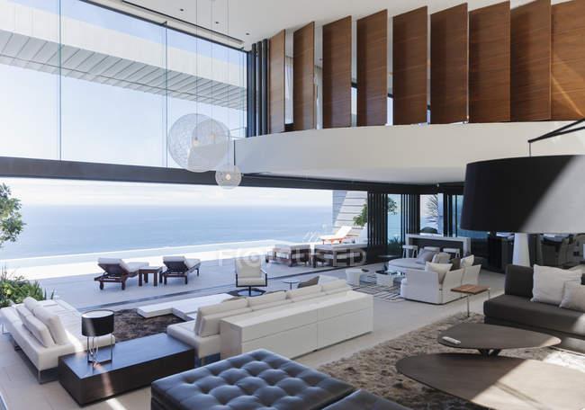 Сучасні вітальня з видом на океан — стокове фото