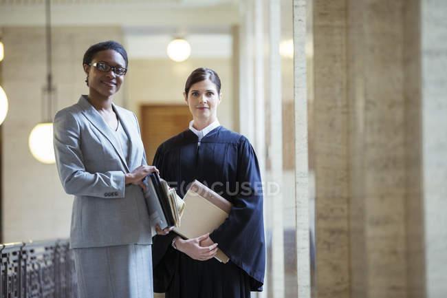 Juge et avocat réunis au palais de justice — Photo de stock