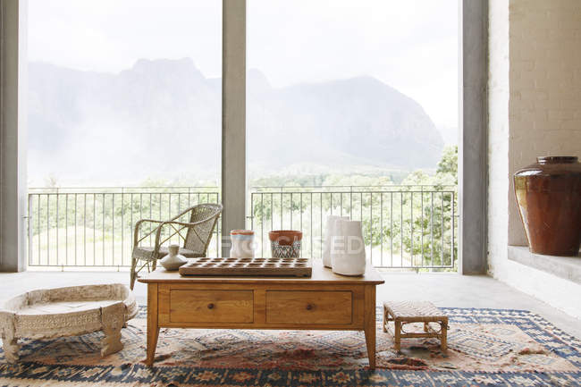 Mesa de café na sala com vista para a paisagem — Fotografia de Stock