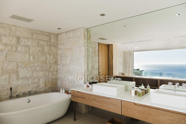 Modern bathroom with ocean view — Stock Photo