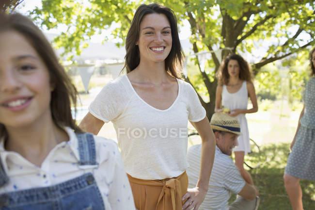 Heureux caucasien famille profiter de l 'extérieur ensemble — Photo de stock